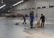Mẹo làm sạch vết dầu nhớt dính trên sàn bê tông