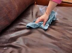Đánh bóng làm mới ghế sofa da tại nhà
