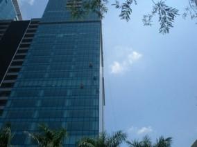 Dịch vụ lau kính tòa nhà giá rẻ tại quận Long Biên
