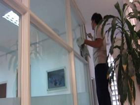 Dịch vụ lau kính tòa nhà giá rẻ tại quận Hoàng Mai