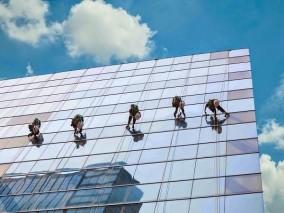 Dịch vụ lau kính tòa nhà cao tầng chuyên nghiệp giá rẻ